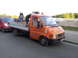 Heute mal nicht beim Aufstellen von Halteverbotsschildern: das Platzda-Einsatzfahrzeug